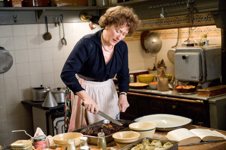 Meryl Streep, Julie and Julia filminde tutkusu olan yemek yaparken.