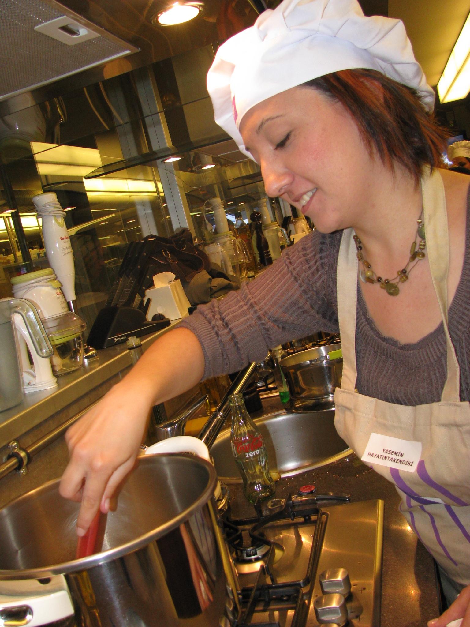 Yemek yapmayı ve sunmayı çok seven Yasemin Sümengen, iş temposunun stresinden kurtulabilmek için kendini mutfağa atıyordu.