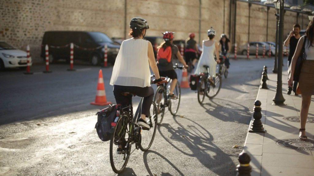 Bisikletli Kadın İnisiyatifi sokaklarda.